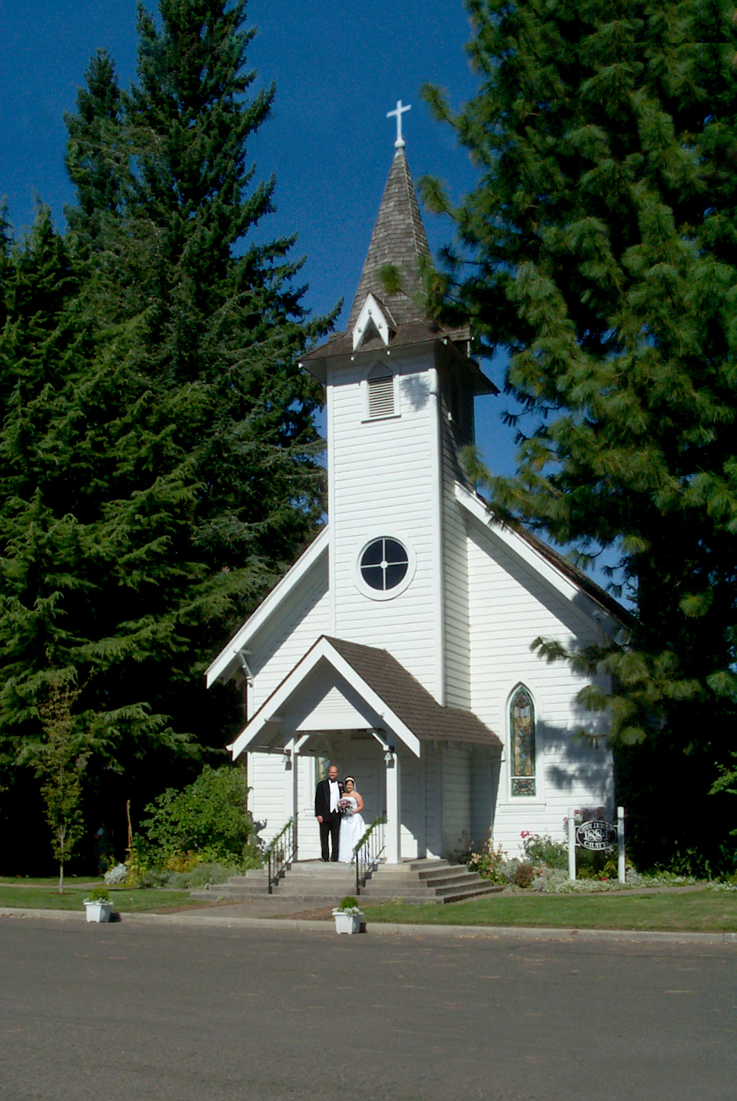 wedding day at Canby Chapel